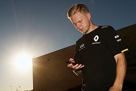 Magnussen penalised for pass on Kvyat